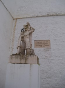 Estatua de San Cristobal al pie de la Iglesia de Nuestra Señora de Gracia y Convento de San Francisco en Estepa