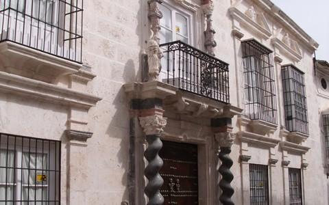 Esta Casa Palacio situada en la calle Castillejos de Estepa (Sevilla) fue construida en el siglo XVIII siendo su primer inquilino el Vicario y en segundo lugar Don Manuel Bejarano, primer Marqués de Cerverales. Sus espectaculares columnas de mármol hacen de su pórtico toda una obra de arte.