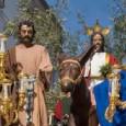 """Comienza la Semana Santa de Estepa con la Hermandad de """"La Borriquita"""" en el templo de San Sebastián. Los nazarenos llevan en la mano hojas de palma."""