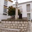 Pequeña plaza con una columna de piedra en la que se ubica una cruz de hierro, muy parecida a las que hay repartidas por todo el pueblo.