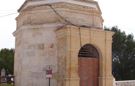 Esta torre de planta octogonal se sitúa en el Cerro de San Cristóbal de Estepa (Sevilla). Fue construida en el siglo XIII (época almohade) y estuvo unida a la muralla. Tiene una cubierta de teja árabe y un pórtico neoclásico del siglo XIX. Fue usada como mausoleo hasta 1968, momento en el que el Cerro de San Cristóbal dejó de funcionar como cementerio.