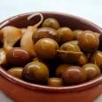 Con esta receta aprenderemos a aliñar aceitunas para que duren todo el año, siendo necesario para ello que no estén ni muy maduras ni muy verdes.