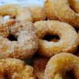 Una receta de preparación sencilla e ideal para compartir, ya que gusta a todos. El ingrediente esencial para que queden unos roscos fritos deliciosos es la harina Yolanda, y su toque final una vez escurrido el aceite, el rebozarlos bien en azúcar.