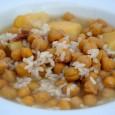 Un plato sencillo pero contundente, compuesto por garbanzos, arroz, un poco de tocino, gallina y patatas.  Muy importante antes de su preparación el poner en remojo los garbanzos la noche antes para que se pongan blandos.